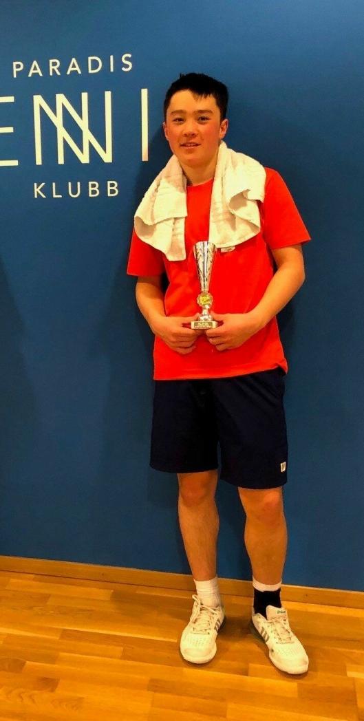 GODE PRESTASJONER: Jon William Karlstad (15) fra Greverud har prestert godt under årets NM i tennis.