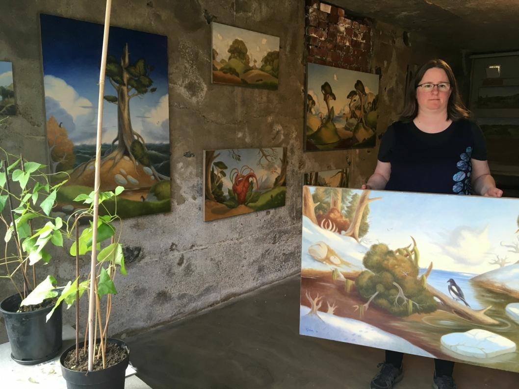 20 BILDER TIL SALGS: Billedkunstner Camilla Jeanette Erøy fra Hobøl stiller ut 20 oljemalerier på Kolbotn.
