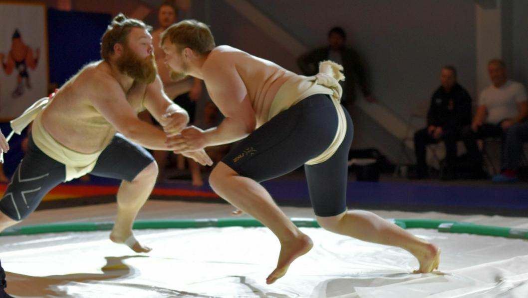 TØFFE TAK: Det går hardt for seg når store menn i tights og sumobleie barker sammen.