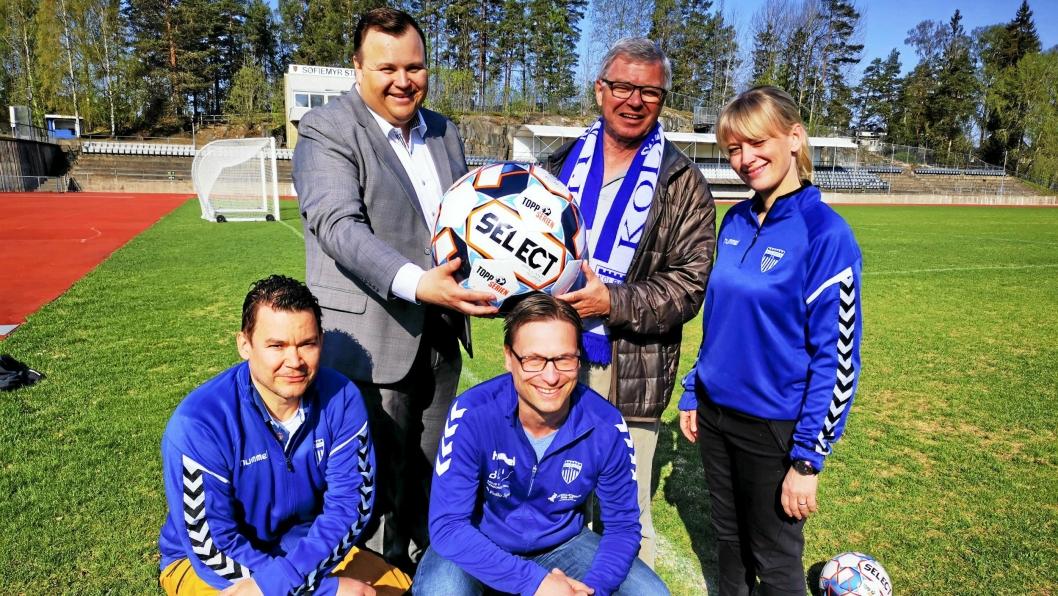 KLARE FOR CUP: Geir Ivar Westen (foran t.v.), Thomas Østvold og Maria Rugaas fra idretten er klare for bedriftscup. Ordfører Thomas Sjøvold oppfordrer næringslivet til å engasjere seg, mens ildsjel for lokalfotballen, Kjell Magne Bondevik, holder døren på gløtt for å delta til høsten.