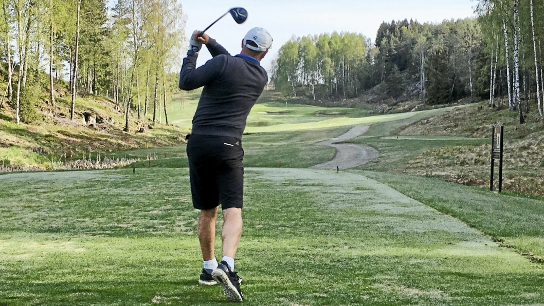 PERFEKT: Det første utslaget for året på Oppegård golfklubb ble gjort av Espen Andreassen, som med sitt perfekte slag ifølge overtroen har sørget for en god sesong.