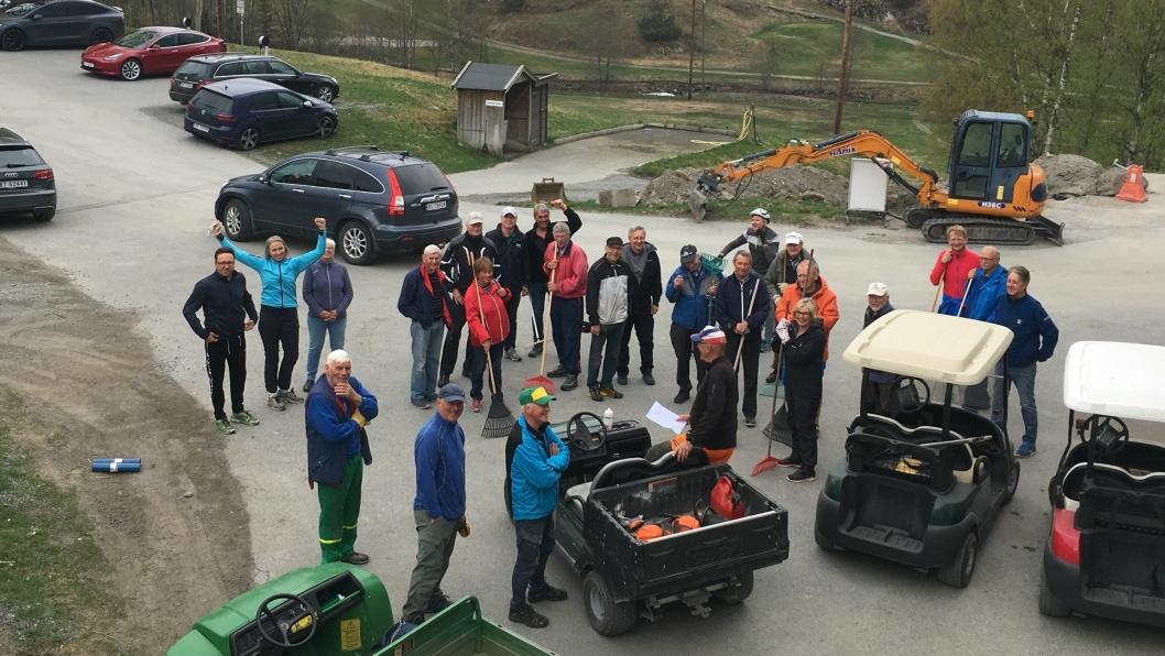 DUGNADSKLUBB: Over 30 medlemmer pluss to naboer av golfklubben som ville være med på forskjønnelse av nabolaget stilte på dugnad på Oppegård Golfklubbs bane lørdag.
