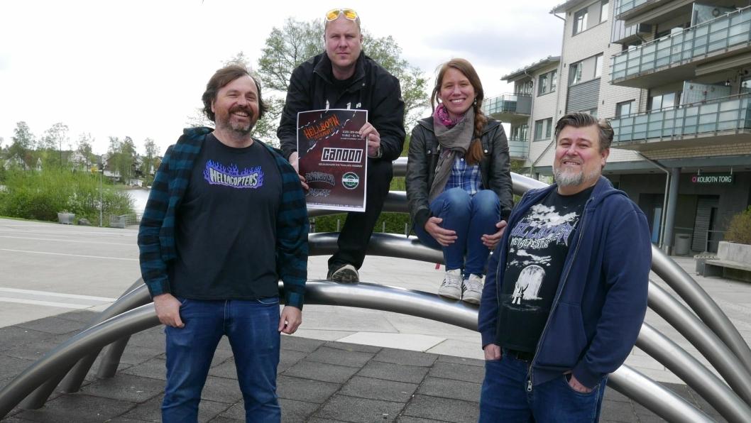 FEIRER 20 ÅR: Kolbotn-bandet Canoon feirer 20 år i år. Dette skal feires med et splitter nytt album som skal slippes på Kick Off 10. mai. Her kan du se bandmedlemmene Jan Steinsland (40) og Ole Beyer (42)  sammen med arrangørene Mette og Nicklas Erdal fra Hellbotn Metalfest.