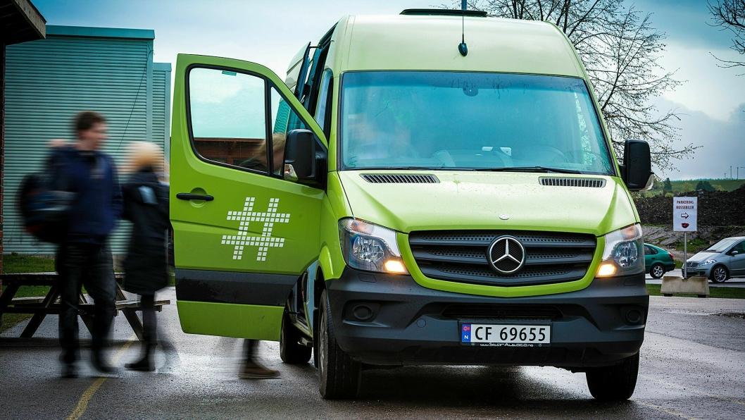 RASK RESPONSTID: Minibussene kan enkelt bestilles via en app på telefon. Med en rask responstid kan de frakte barn, unge og voksne til trening i Sofiemyr idrettspark og hjem igjen.