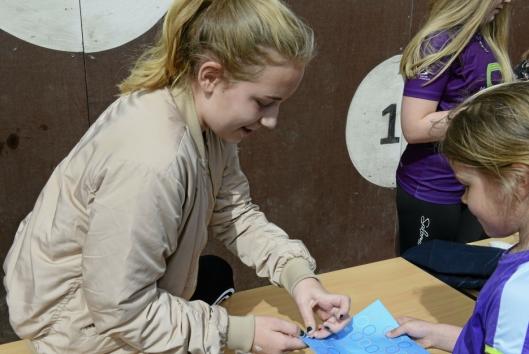 KLISTRE-ANSVARLIG: Pernille Lunde Haukeland (12), sitter i elevrådet og er en av de som klistrer klistremerker for hver runde som blir løpt.