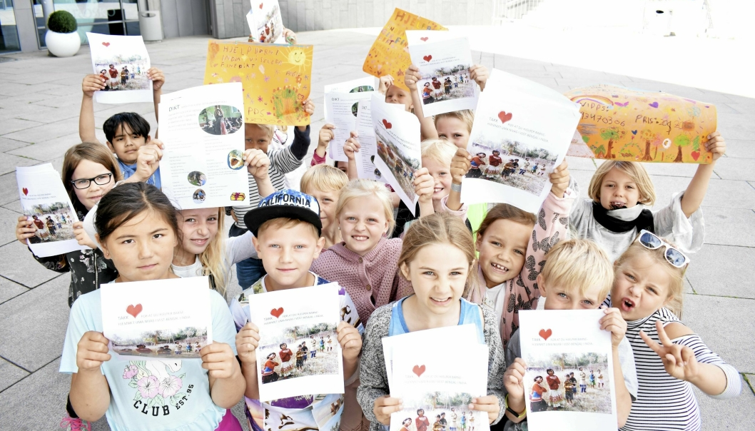 KJØP DIKTENE VÅRE: Klasse 2D fra Greverud skole solgte dikthefter og hadde store, oransje plakater for å reklamere. De stod inne på torget og solgte dem.
