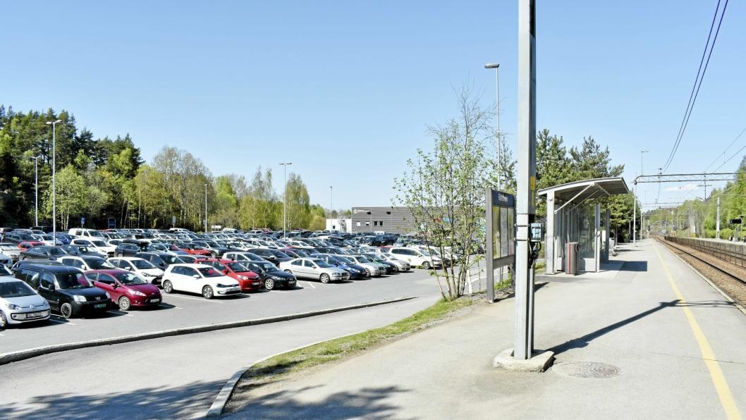 KAN BLI TRANGT: Førstkommende mandag starter byggearbeidene for å dele pendlerparkeringen på Rosenholm i to deler.