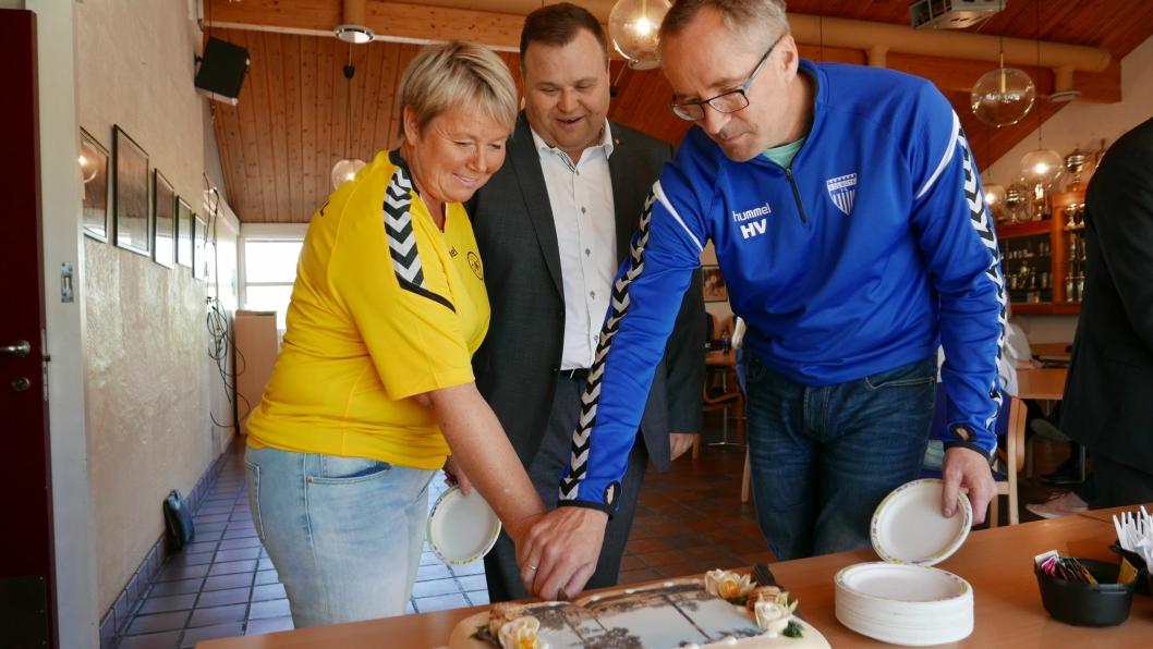 FEIRET MED KAKE: Daglig leder i KIL Harald Vaadal og daglig leder i OI Hege Frøyna sammen med ordfører Thomas Sjøvold.