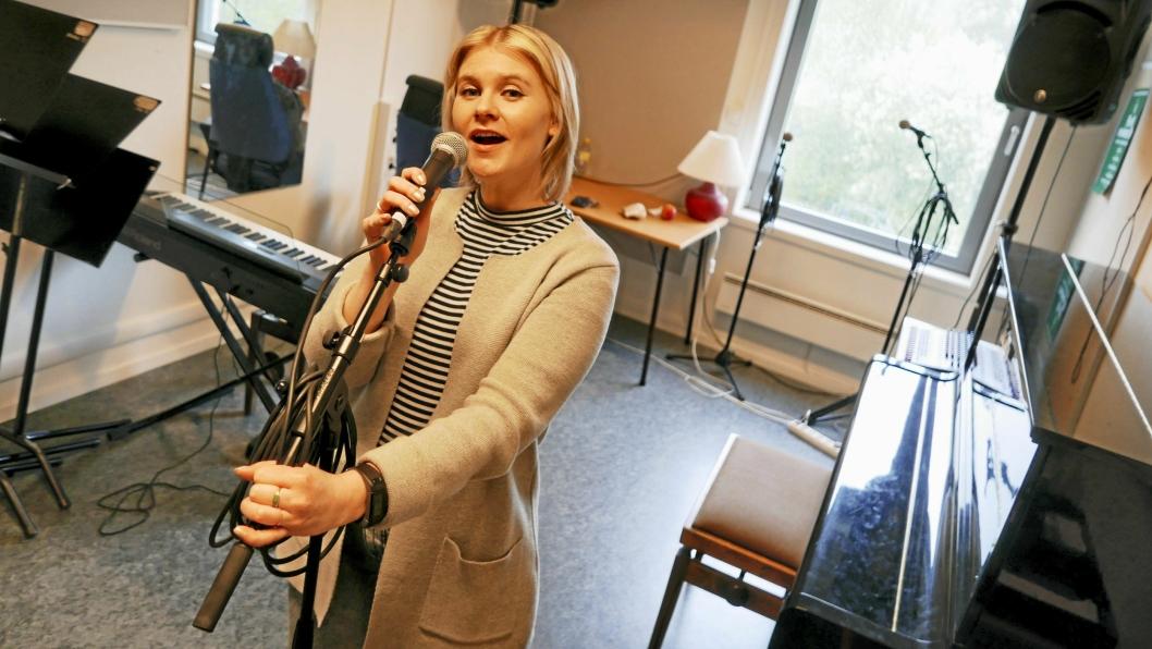 SCENE- OG MIKROFONTEKNIKK: – Her vil elevene lære grunnleggende sangteknikk, jobbe med å finne egenarten i egen stemme, og lære generell scene- og mikrofonteknikk, sier kursleder Marthe Susann Åndahl ved Oppegård kulturskole.
