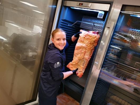 MØRNINGSSKAP: Assisterende ferskvaresjef Cathrine Jægerud hang på plass den første filetkammen i det nye mørningsskapet. Coop Mega har fått to slike skap.