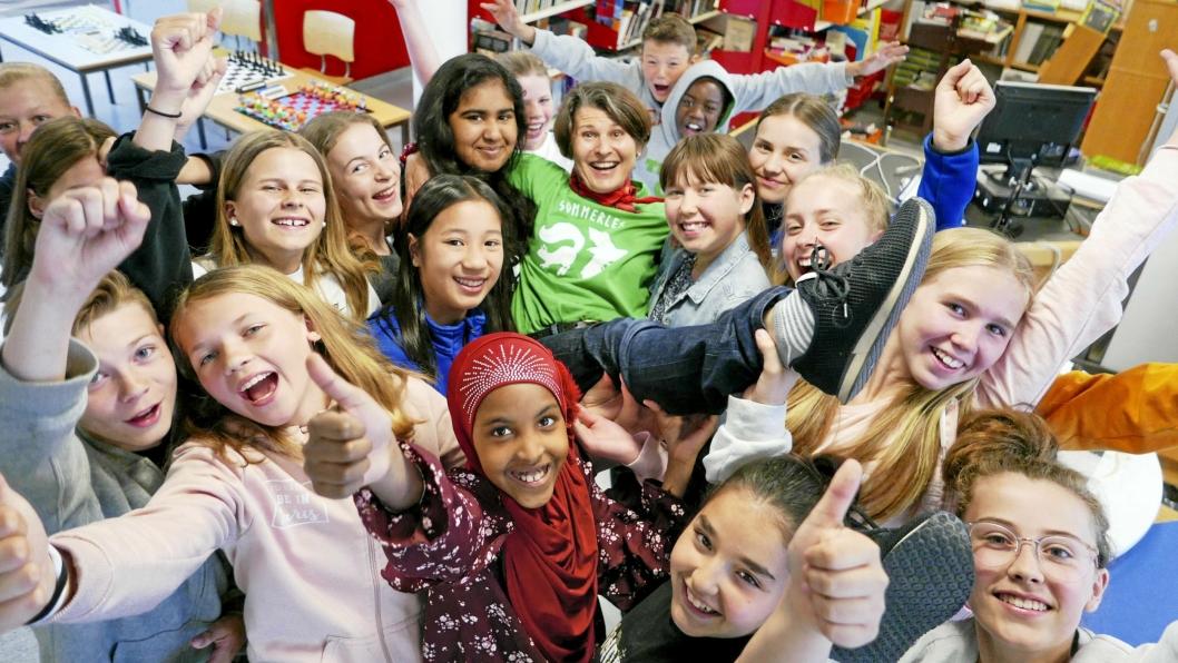 REKORDMANGE BOKORMER I OPPEGÅRD: Over 1400 barn fra hele Oppegård deltok i bibliotekets sommerleskampanje i fjor. På bildet kan du se bibliotekar Agnethe Gulbraar med Kolbotn-elevene fra syvende trinn som gleder seg til oppstarten av årets Sommerles.