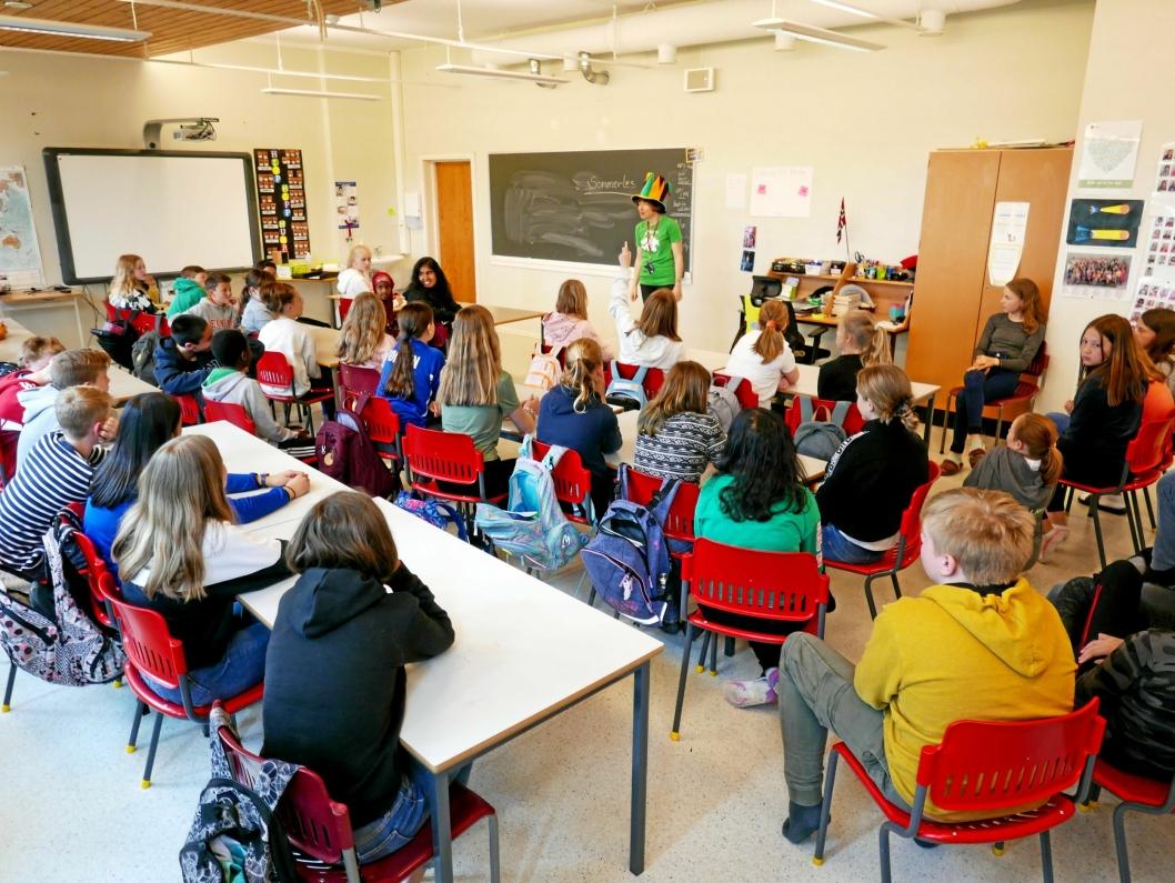 FORTALTE OM SOMMERLES: Tirsdag 27. mai fikk 7. trinn på Kolbotn skole besøk av bibliotekarene Hilde Sjølset og Agnethe Gulbraar.