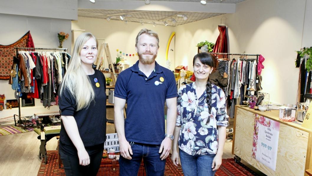 SENTER-SUKSESS: OMA har hatt en strålende måned som popup-butikk på Kolbotn Torg. Fra venstre: Hanna Trædal, Petter Kolsaker og Mariana Vasileva.