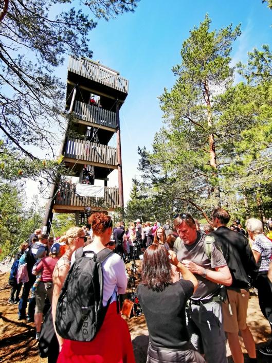 SMEKKFULLT: Branntårnet er blitt et landemerke i kommunen vår. Da tårnet åpnet i pinsen i år, var det nesten kø for å komme opp til Grønliåsen.