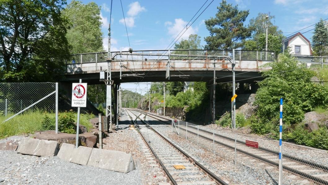 80 ÅR GAMMEL: Sætreskogveien kjørebro over jernbanen ved Oppegård stasjon er 80 år gammel, smal og har begrenset bæreevne.