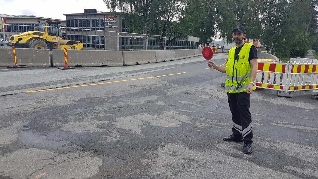 MANGE BLE STOPPET: Inspektør Rune Hagenes stod ansvarlig for trafikkontrollen ved klubbhuset på Sofiemyr fredag 14. juni.