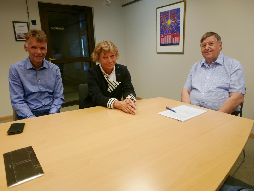KOMMER MED TILSVAR: UMP-medlemmer Lars Roar Masdal (H) og Mona Wiger (H) sammen med UMP-leder Kjell G. Pettersen (H).
