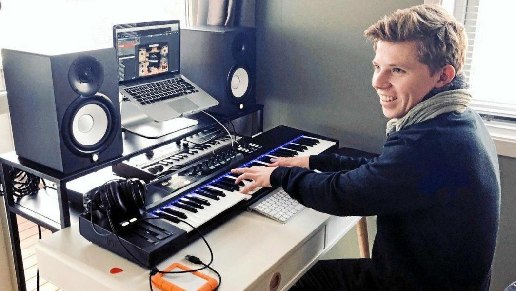 EGET HJEMMESTUDIO: Fredrik Tobias Anstensen under komponering av musikk i eget hjemmestudio i leiligheten sin i Lillehammer.