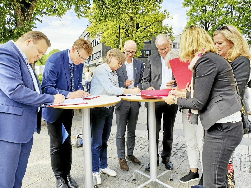 SIGNERTE: Ordfører Thomas Sjøvold (t.v.) signerte onsdag byvekstavtalen sammen med de som har forhandlet fra de andre partene.