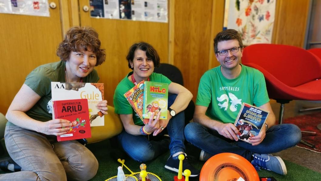 SOMMERSTEMNING: Bibliotekarene Hilde Sjølset, Agnethe Gulbraar og Hans Martin Enger har god grunn til å smile. Barna i Nordre Follo troner på toppen av Sommerles.