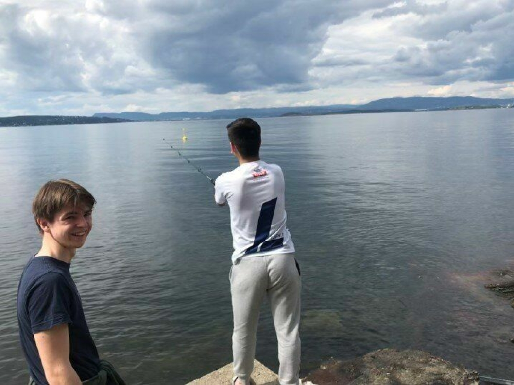 GIVENDE: De lokale fiskerne syntes det var veldig givende å bidra med det de kunne. Til venstre på bildet ser du Ole Henrik Sæve (18), ungdomsansvarlig i OJFF.