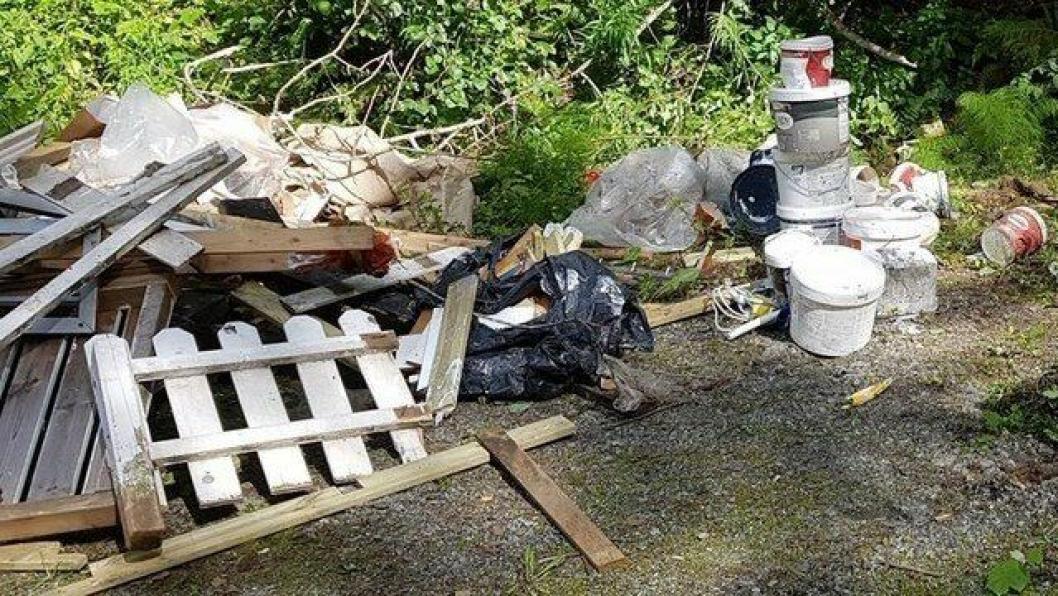 FORSØPLING: Det ble funnet mye søppel ved parkeringsplassen i Hvitebjørnveien, like før broen og handicap-fiskeplassen.
