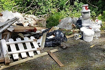 Flere hengerlass med søppel skaper bry