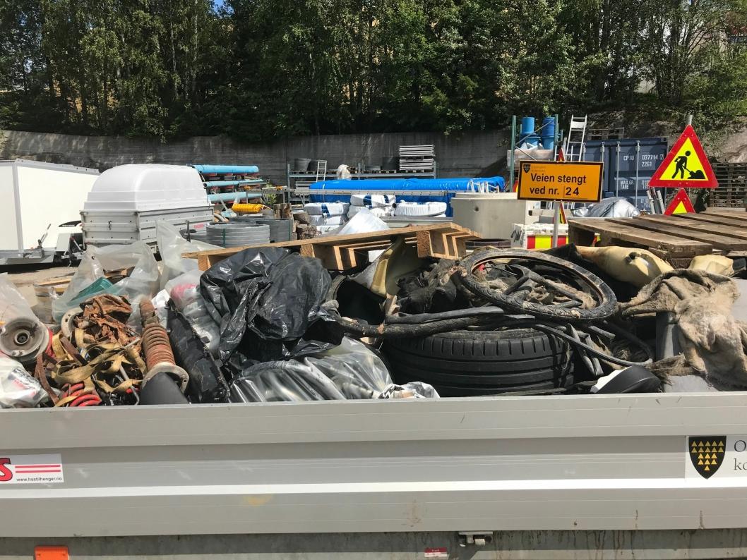SØPPEL FRA TUSSEBEKKEN: Her kan du se eksempler på hva sommerhjelpene har funnet langs Tussebekken i dag.