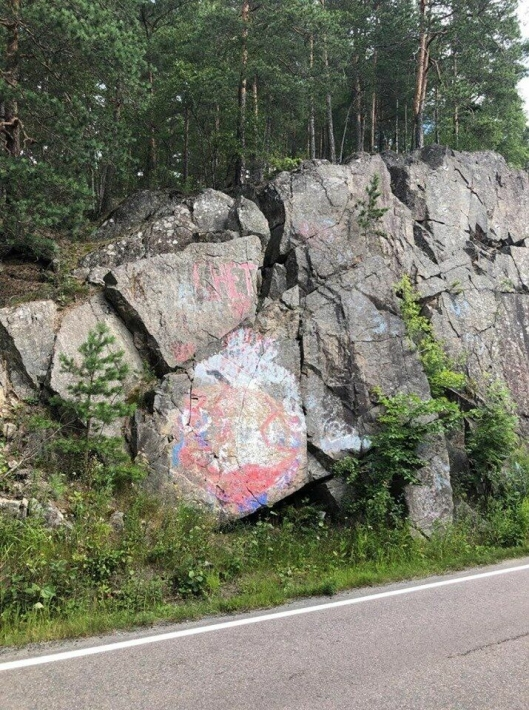 BLE IKKE FJERNET: Denne taggen, satt opp av russen rett nedenfor på fjellveggen for ti år siden, har ikke blitt fjernet til tross for at den er mest synlig og ødeleggende for miljøet, ifølge Bendik Romstad fra Svarskog.