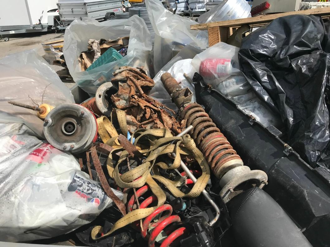 SØPPEL FRA TUSSEBEKKEN: Sommerhjelperne har i dag kommet inn med flere hengere fulle av søppel.