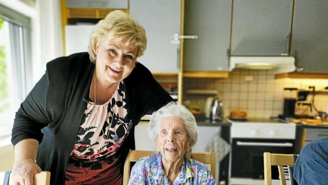HJERTELIG MØTE: Det ble et nært møte da statsminister Erna Solberg møtte snart 106 år gamle Marit Bjørklund på Greverud sykehjem.