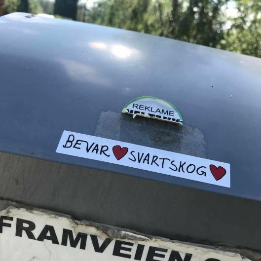 SPRER BUDSKAPET: Budskapet om å bevare Svartskog kan du også finne påklistret til noen av postkassene på Svartskog.
