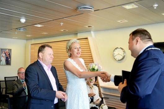 DER VAR DET GJORT: Ordføreren gratulerer brudepar nummer 50 med inngått ekteskap.