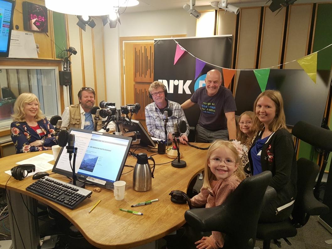 """PÅ RADIO: Hele familien samlet i studio til programlederne Øystein Bache og Rune Gokstad i """"Reiseradioen""""."""