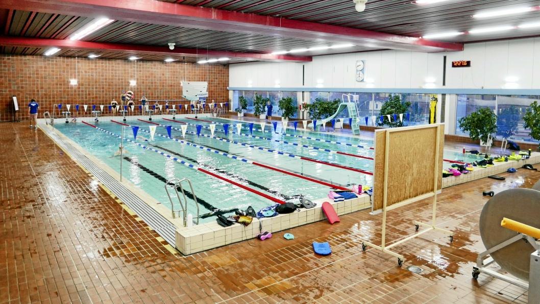 STENGT: Svømmehallen er stengt på grunn av et stort antall fliser som har løsnet.