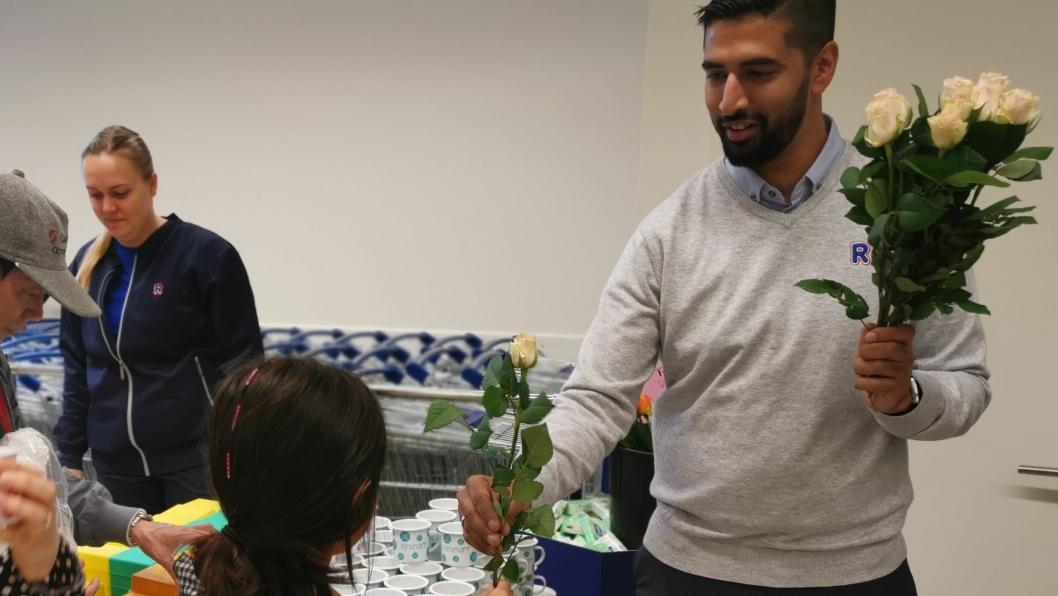 ØNSKET VELKOMMEN: Kjøpmann Monir Hussain delte ut roser til kundene sine på Rema 1000s første åpningsdag på Greverud,