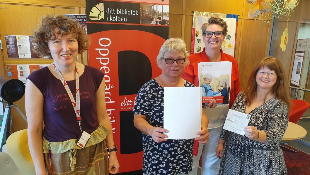 OVERLEVERTE TIL BIBLIOTEKET: Bibliotekar Hilde Sjølset, første ordførerkandidat (Ap) Hanne Opdan, Sissel Sørensen Bye fra Norges Blindeforbund og initiativtaker til prosjektet, Eva Rogneflåten.