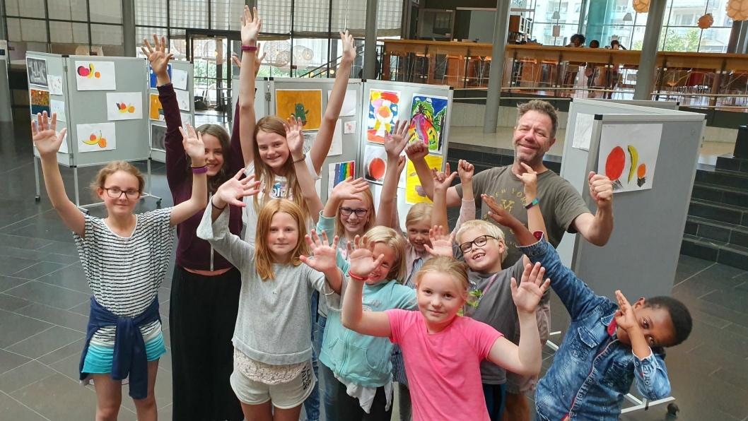 NI ÅR PÅ RAD MED SOMMERKURS I KOLBEN: Oppegård kulturskole arrangerte flere ulike sommerkurs for barn og unge i uke 26 og 32. På bildet kan du se læreren og deltakerne fra male- og tegnekurset i uke 32.