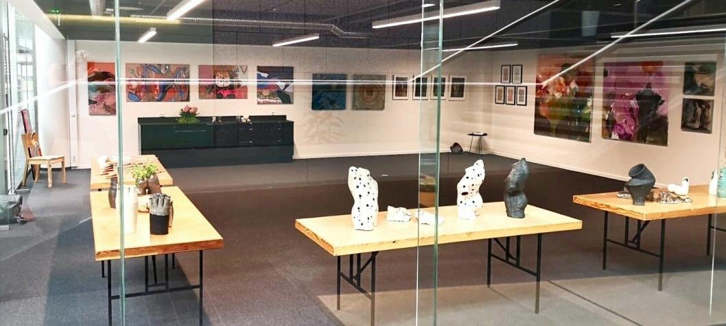 GALLERI: Kunsten kan kjøpes direkte hos kunstKALL. Du kan også se kunsten deres i første etasje på Rosenholm Campus.