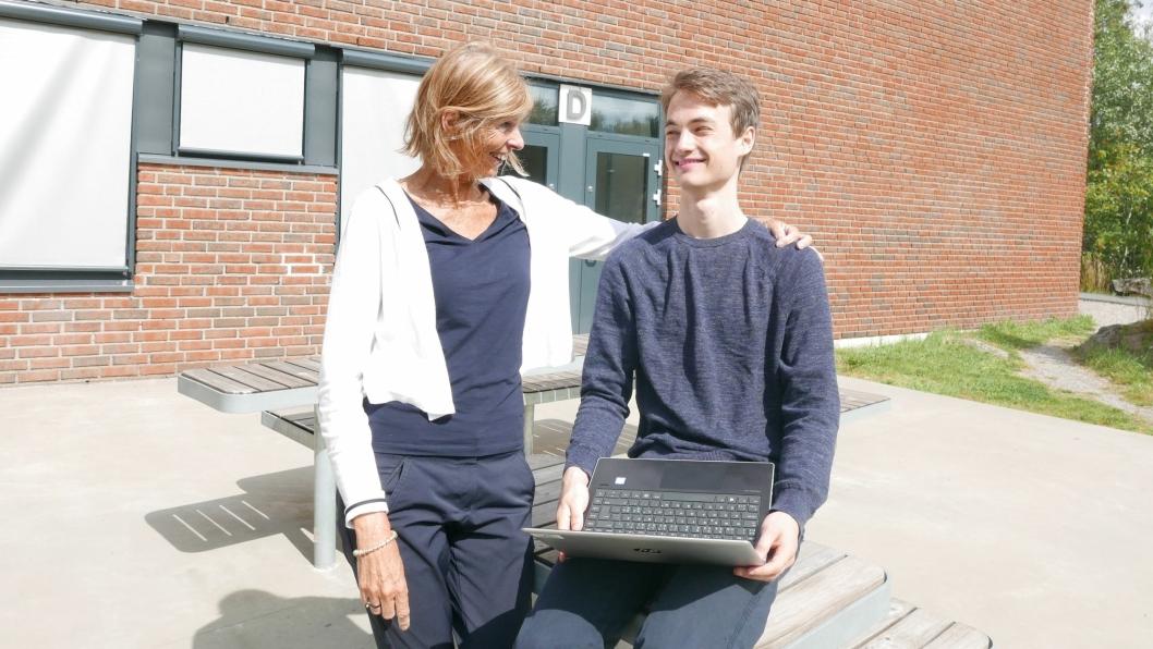 STOLT: Rektor Elisabeth Edding er veldig stolt av elev Espen Boman Fosseide (18) som kan smykke seg med et karaktersnitt på 5,76 og en studieplass ved NTNU.