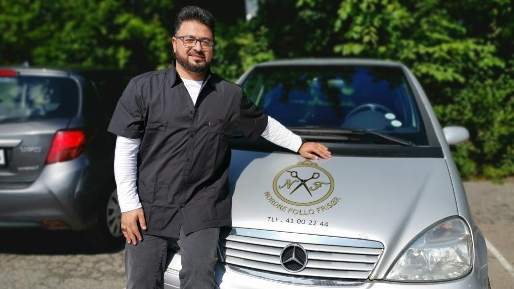 MOBILT TILBUD: Nå kan frisøren komme hjem til deg! Rashid Alswedan, eier av Nordre Follo frisør, har startet med hjemmeklipp.