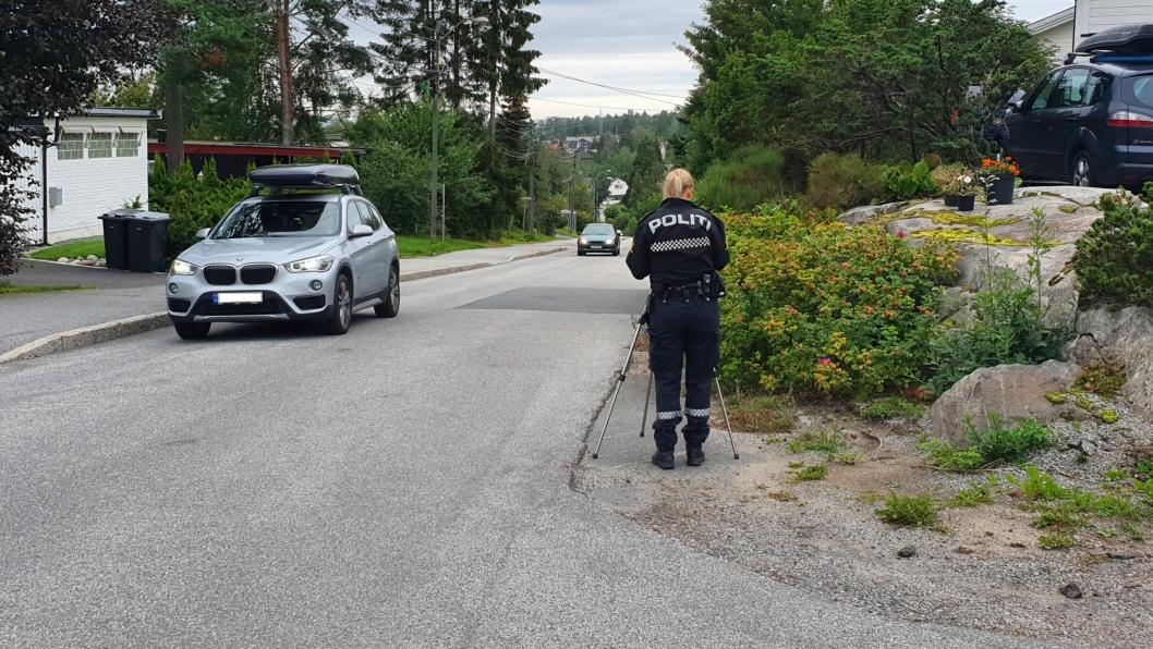 LASERKONTROLL: Politibetjent Siljehaug har holdt laserkontroll i Holbergs vei i dag.