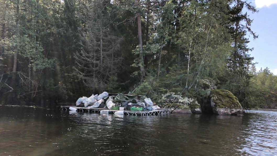FORLATT LEIR: Det ble funnet store mengder søppel på en forlatt leir i skogen ved Gjersjøen.