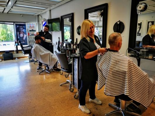 ARBEIDSGLEDE: Både eier Rashid Alswedan, og frisør Villia Stamouli, trives i salongen på Oppegårdsenteret.