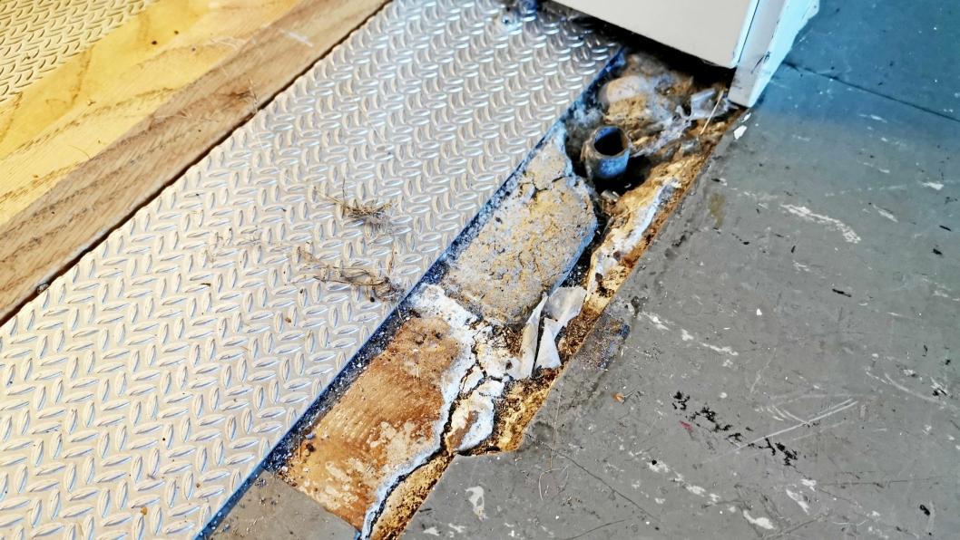 ASBEST I GULVET: Det har nylig blitt avdekket asbest på Hellerasten skole. I dag skal det tas luftprøver for å utelukke helsefare. Foreløpig holdes de aktuelle rommene stengt.