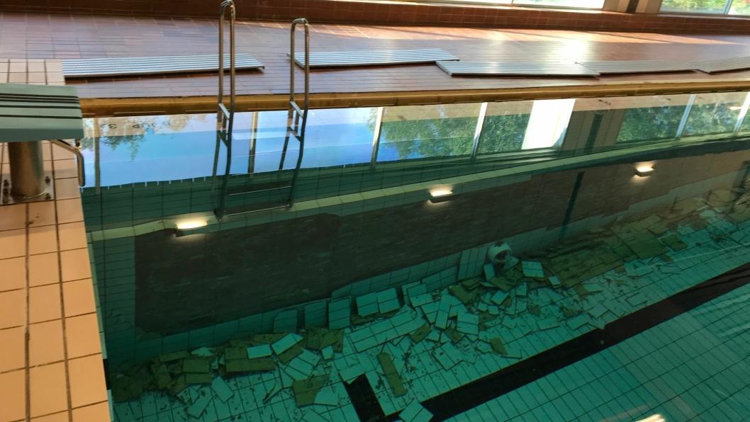 SLIK SÅ DET UT: Skadene er på begge sider av bassenget og ble oppdaget ved en rutinemessig sjekk fredag 26. juli.
