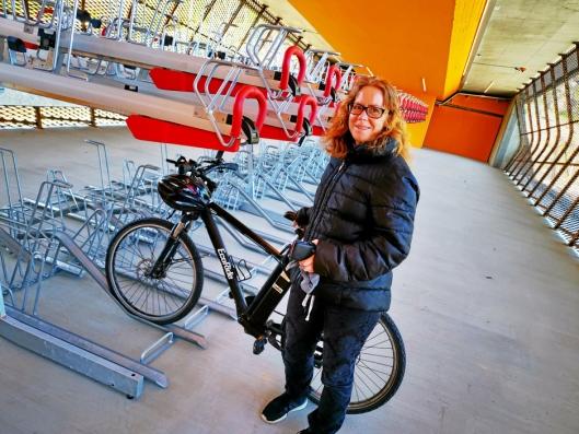 VELDIG FORNØYD: – Datteren min går på Kolbotn skole og jeg sykler med henne til skolen. Etterpå sykler jeg til Rosenholm stasjon, parkerer sykkelen på sykkelhotellet og tar toget til byen. Det er veldig praktisk, sier Astrid Gillund (42) fra Kolbotn.