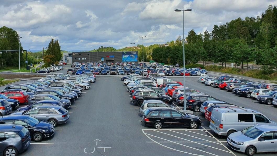 STAPPFULLT: Det var ingen ledig plass på innfartsparkeringen da Oppegård Avis var innom Rosenholm stasjon torsdag forrige uke.