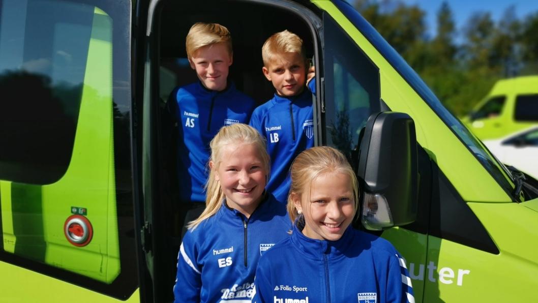 TAR IDRETTSBUSSEN: Andreas Stålesen (Bak t.v.), Lukas Bjøntegaard, Emilie Solstad og Julie Schei er klar til på kjøre idrettsbussen til trening fra nå av.
