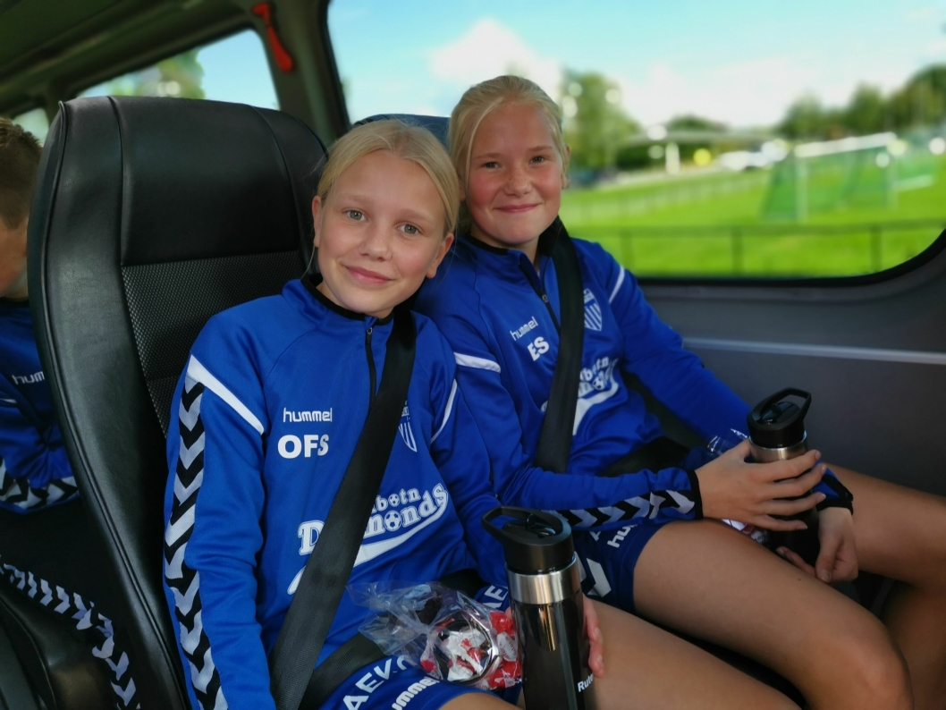 FESTET BELTET: Oda Sollien (t.v.) og Emilie Solstad kan se frem til mange hyggelige turer sammen fremover.